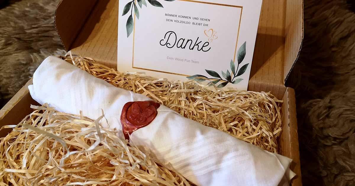 Der Holzdildo kommt liebevoll verpackt an